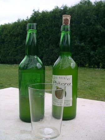 La principal bebida típicamente asturiana es la sidra natural que se elabora desde hace siglos