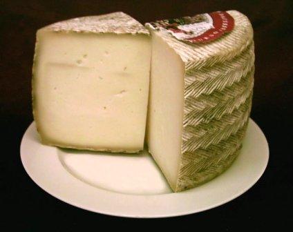 El queso manchego es un queso español elaborado con leche de oveja y protegido por una denominación de origen en La Mancha