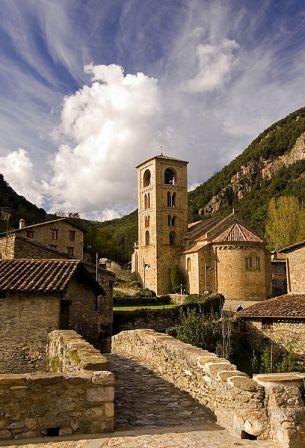 L'arquitectura romànica abunda molt a banda i banda dels Pirineus catalans