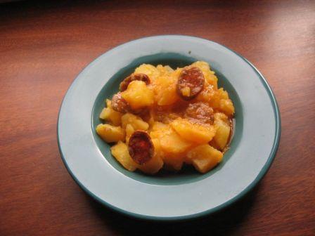 Los platos típicos más conocidos son las patatas a la riojana, que consta de patatas cocidas con chorizo