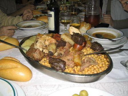Cocido madrileño. Estofado de verduras y carne muy popular, que contiene garbanzos , carne, hortalizas y embutidos