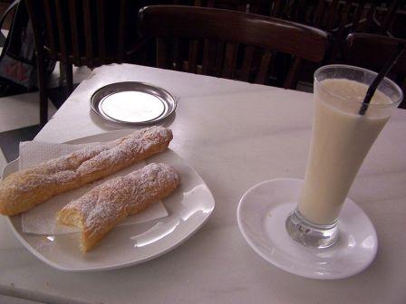 La horchata de chufa, es una bebida típica, acompañada con fartons