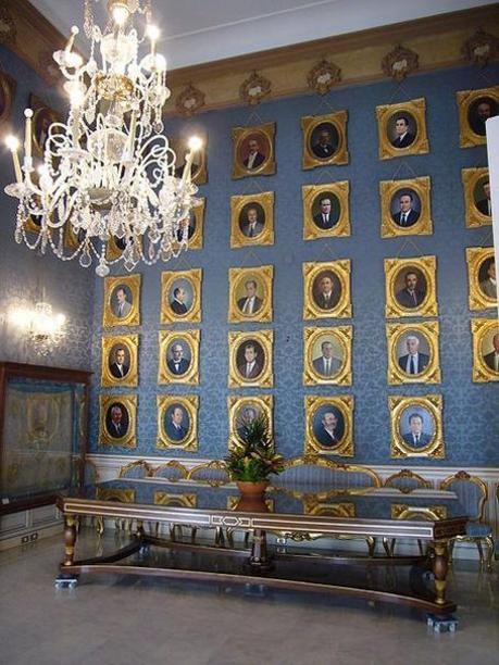 Salon del Ayuntamiento con los retratos de los Alcandes de Alicante