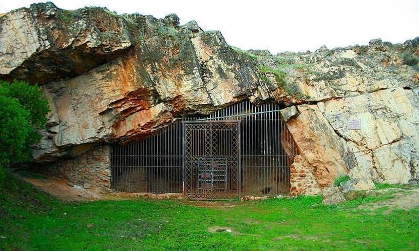 Entrada actual a la Cueva de Maltravieso, Cáceres, Extremadura, España.