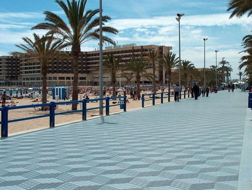 Esplanada España como via de acceso a las playas de Alicante