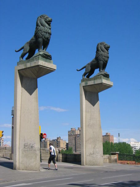 Leones a la entrada del puente de Piedra sobre el río Ebro, en Zaragoza -España-