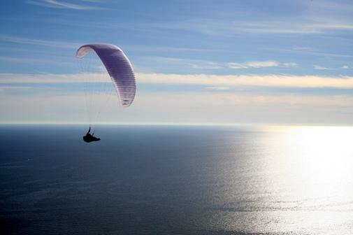 Parapentes volando por Calpe en Marina Alta