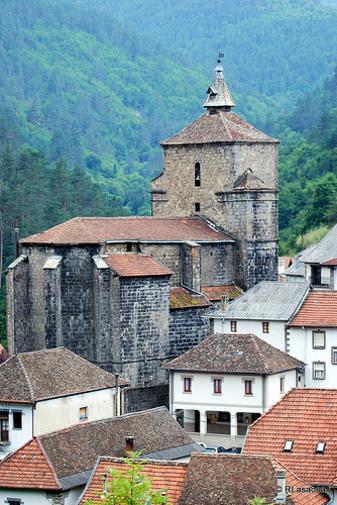 Casas e iglesia de Santa Engracia vistas desde el camino de subida al cementerio, Uztárroz, Valle de