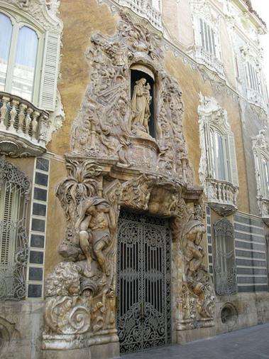 Detalle de la portada de el Palacio de el Marques de dos Aguas en Valencia