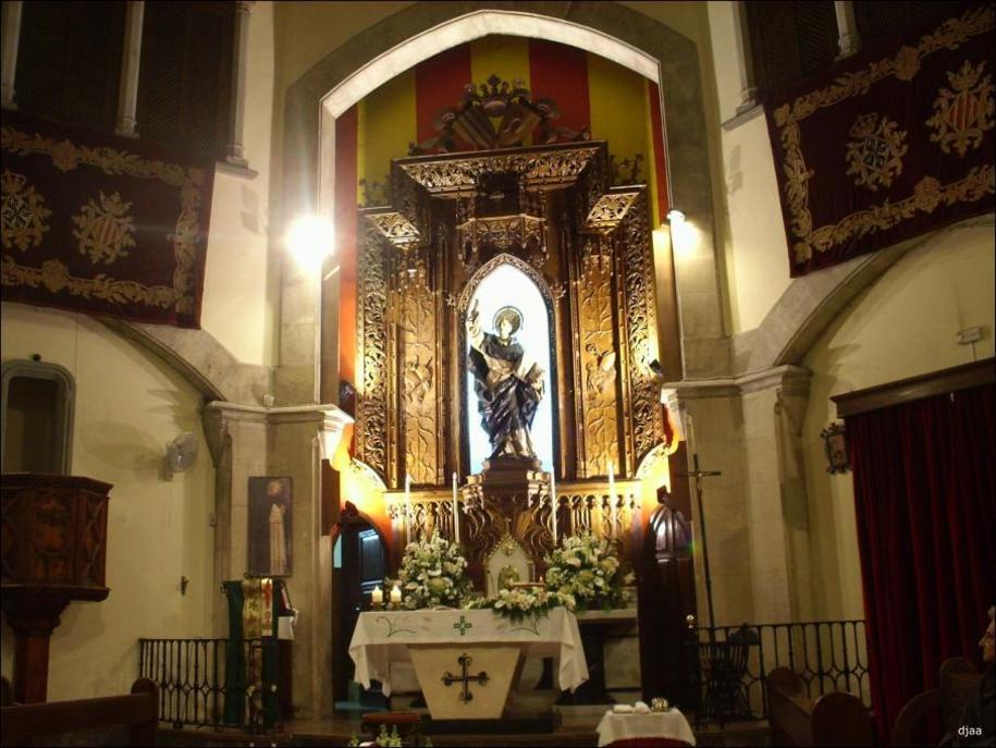 Vista de la iamagen de San Vicente Ferrer en el altar de su casa natal