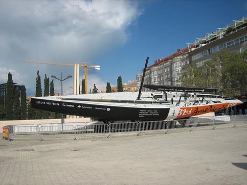 Velero competidor de la Copa America expuesto en la plaza Zaragoza en Valencia
