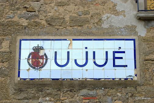 Letrero anunciador de Ujué.Navarra, España