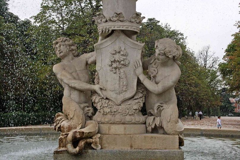 Detalle del escudo de Madrid, Fuente de la Alcachofa en el Parque del Retiro