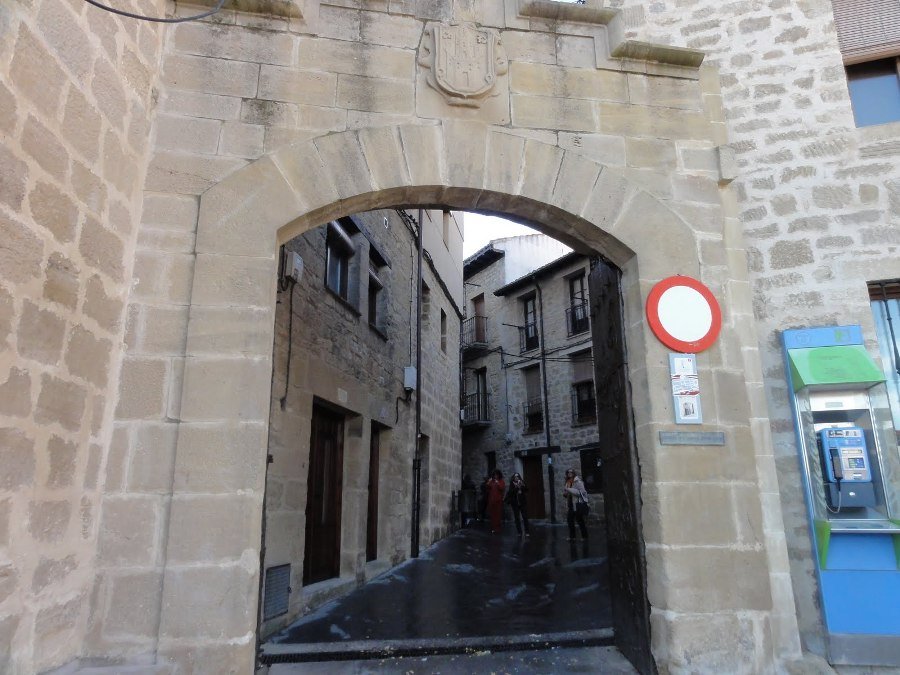 Cara externa puerta Santa Engracia en Laguardia