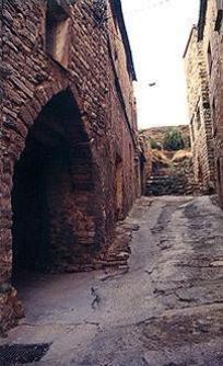 La portalada d'entrada a la vila de Sant Martí Sesgueioles