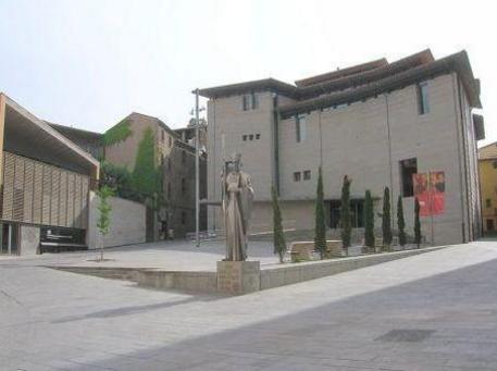 Museu episcopal de Vic, i escultura de l´abat Oliba