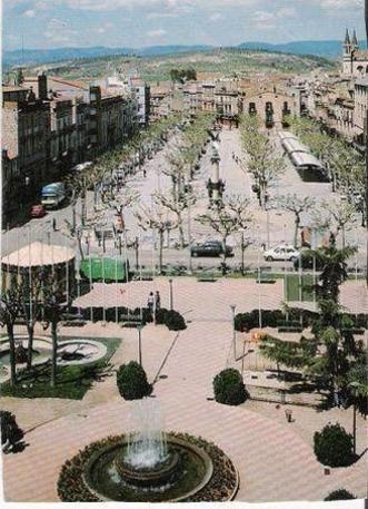 Imatge antiga de la plaça de l'exèrcit (actual plaça Penedès) i la rambla sant Francesc al fons.
