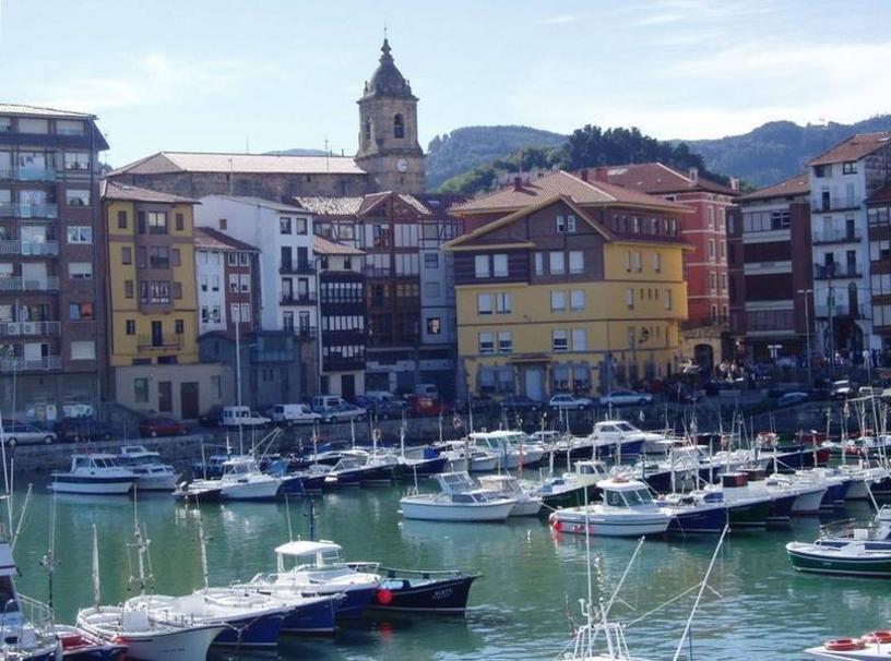 Puerto de Bermeo un municipio de la costa de Vizcaya