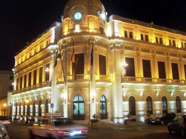 Edificio del ayuntamiento de noche de Ceuta