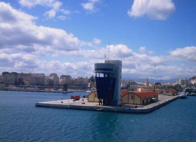 Muelle del Puerto Bahía de Aalgeciras en Ceuta.