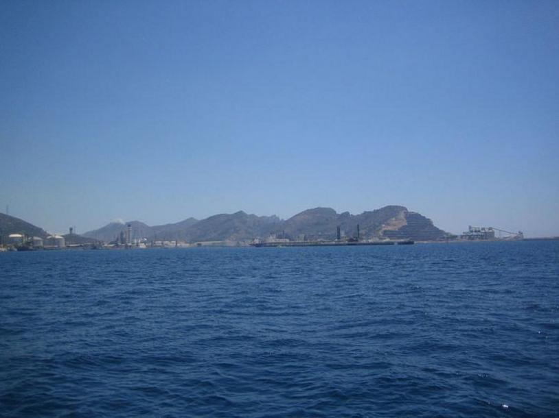 Bahía de Escombreras en el Puerto de Cartagena. Al fondo, la Sierra de la Fausilla, espacio natural