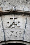 Tallas en piedra. Cabeza e IHS, monograma del nombre de Jesucristo.