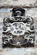 """Escudo rococó de piedra, situado en la fachada """"Casa Lopez"""""""